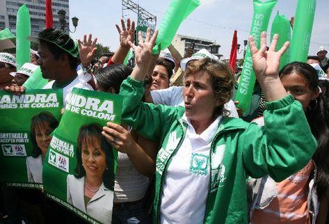 Los asistentes pedían  otros cuatro años  a la actual administración. (Foto Prensa Libre: Carlos Sebastián)