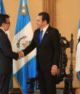 Luis Arreaga entregó sus cartas credenciales al presidente Jimmy Morales. (Foto Prensa Libre: Esbin García)