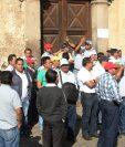 Empleados del CNPAG, en Sacatepéquez, se manifiestan y exigen pago de salarios atrasados. (Foto Prensa Libre: Miguel López)