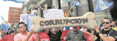 Manifestaciones contra la corrupción en 2015 lograron la renuncia de Roxana Baldetti y Otto Pérez Molina. (Foto Prensa Libre: Hemeroteca PL)