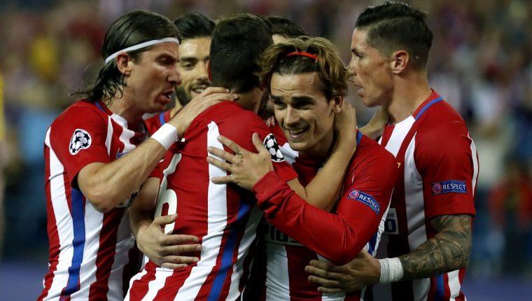 Los jugadores del Atlético de Madrid celebran el gol anotado de penalti por Antoine Griezmann. (Foto Prensa Libre:EFE)