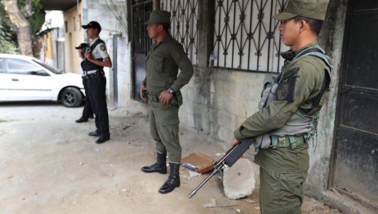 Elementos del Ejército realizan, junto a la PNC, su último patrullaje conjunto en la Colonia Paraíso II, zona 18, capitalina, donde había destacado un batallón estratégico. (Foto, Prensa Libre: Paulo Raquec)