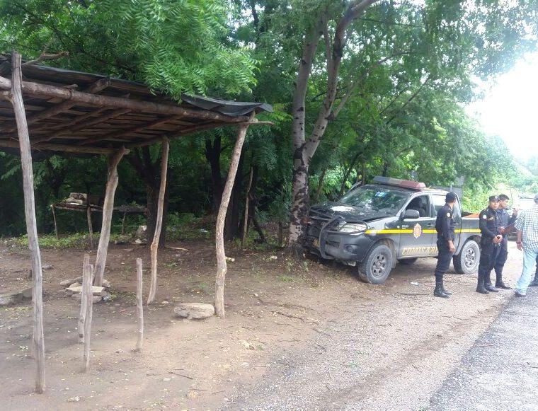 Los agentes al ser recibidos a balazos, perdieron el control de la unidad y chocaron contra un árbol. (Foto Prensa Libre: Mario Morales)
