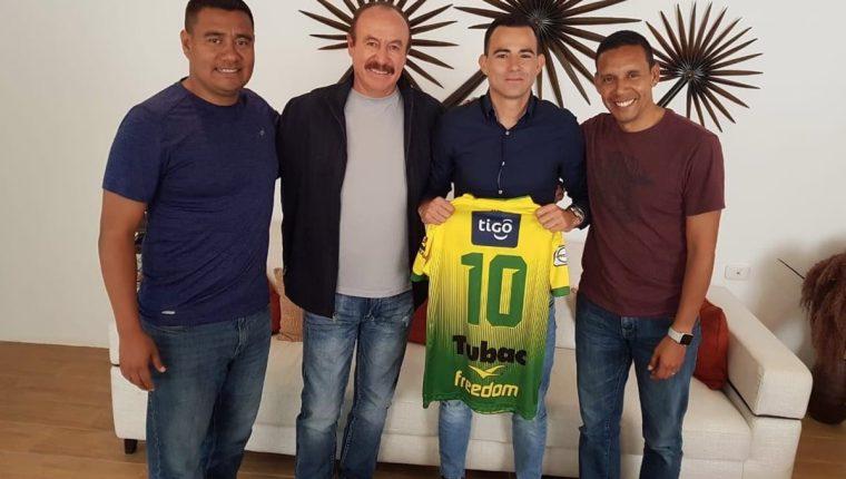 Marco Pablo Pappa posa con la camisola de Deportivo Petapa. Le acompañan Gonzalo Romero y Claudio Albizures representantes del club, así como el entrenador de los loros Rafael Loredo. (Foto Prensa Libre: Tomada de twitter)