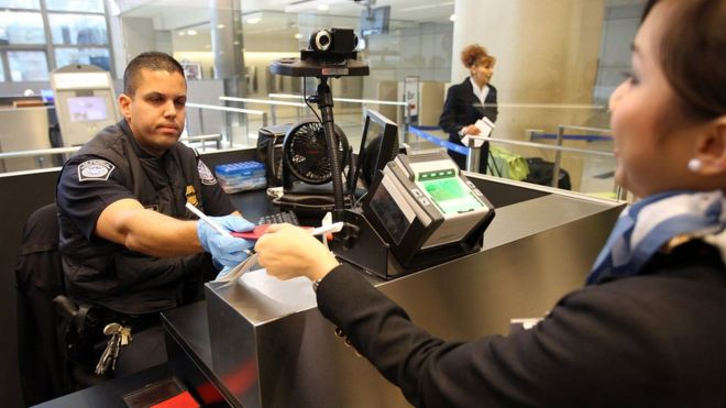 La revisión de dispositivos electrónicos ocurre una vez que un extranjero pasa por el control de pasaportes y visas. (GETTY IMAGES)