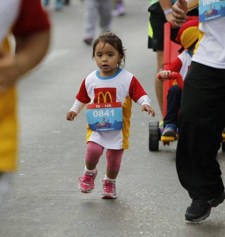 Niña participa en la carrera celebrada en beneficio de la Fundación Infantil Ronald McDonald (Foto Prensa Libre: Paulo Raquec)