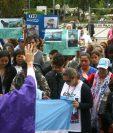 Familiares, amigos y simpatizantes de los 44 tripulantes argentinos del submarino ARA San Juan rezan luego de finalizar una marcha. (Foto Prensa Libre: EFE)