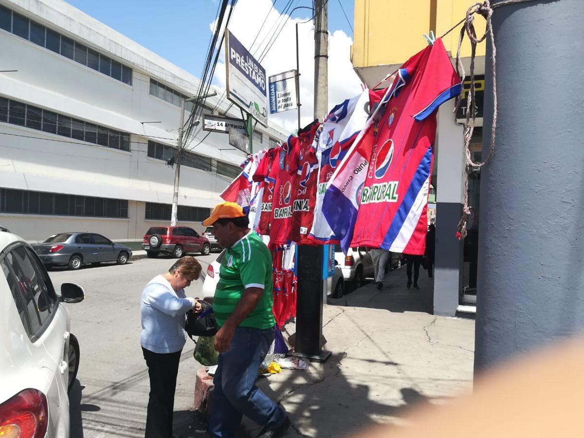 Ventas de camisolas se observan en los alrededores del Mario Camposeco. (Foto Prensa Libre: Raúl Juárez)