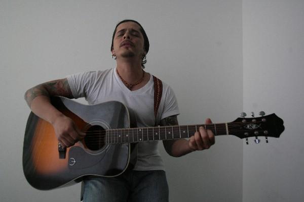 Tavo Bárcenas, músico guatemalteco trabaja en nueva producción. (Foto Prensa Libre: Keneth Cruz)