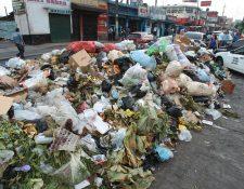 Se puede observar en el mercado La Florida en la zona 19 la gran acumulación de basura, lo que puede generar contaminación. (Foto Prensa Libre: Álvaro Interiano)