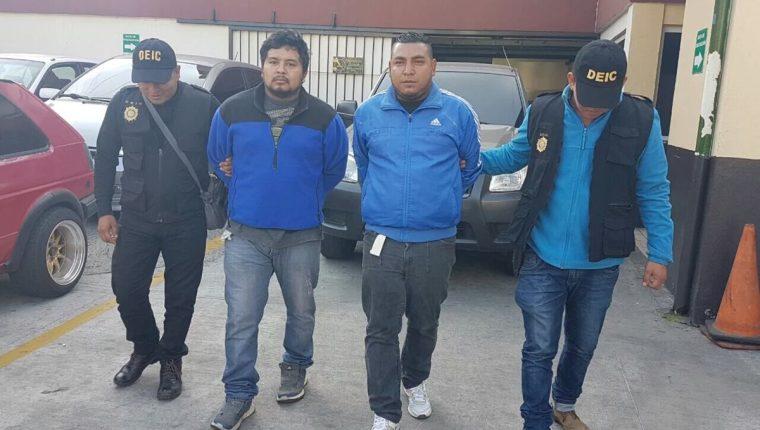 Los detenidos señalados de herir a un agente de la PMT de Mixco.(Foto Prensa Libre:PNC)