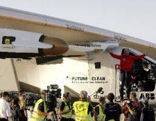 Bertrand Piccard es saludado luego dde aterrizar en San Pablo de Sevilla. (EFE)