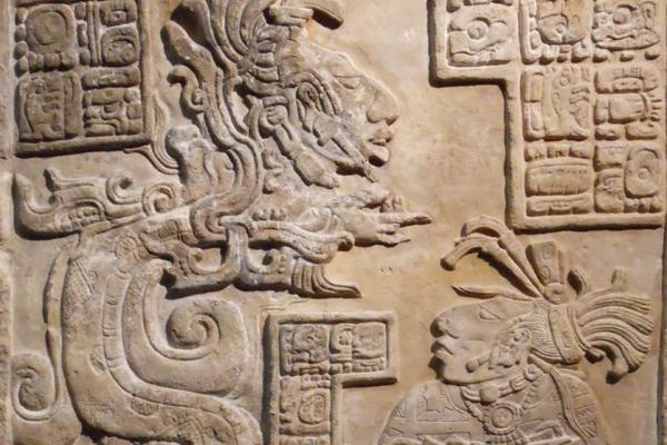 """Dintel 15 de Yaxchilán. A la izquierda, una serpiente de Visión (Foto Prensa Libre: Justin Kerr / Mayavase.com).<br _mce_bogus=""""1""""/>"""