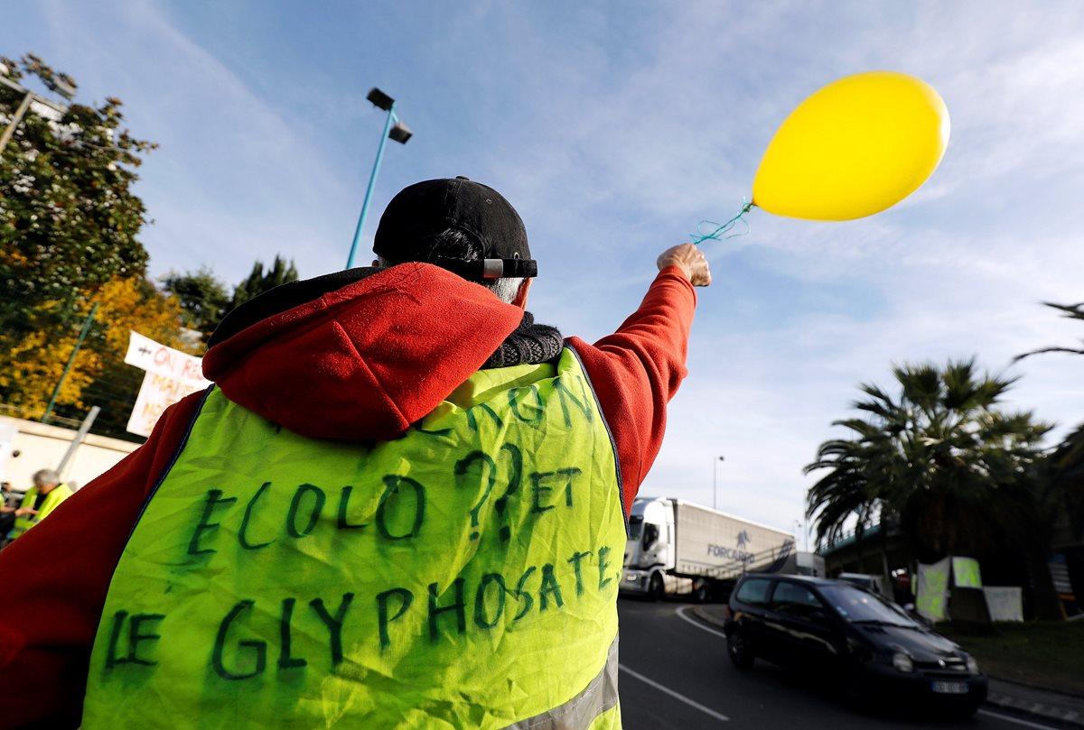 El chaleco amarillo se ha convertido en un símbolo de protesta de los automovilistas y ciudadanos galos contra la subida de los impuestos y los precios del combustible. (Foto Prensa Libre: EFE)