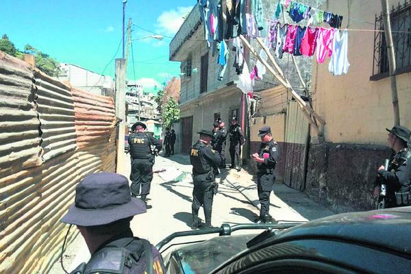 Agentes de la Policía Nacional Civil recaban evidencias en el lugar donde ayer fue baleado David Jeremías Culajay Boch, de 17 años. (Foto Prensa Libre: Byron Vasquez)