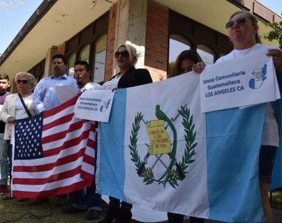 Un grupo de guatemaltecos, durante una protesta el año pasado frente al consulado de Guatemala en Los Ángeles, California, Estados Unidos, por la falta de pasaportes. (Foto Prensa Libre: EFE)