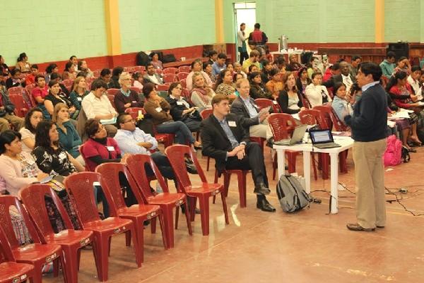 Representantes de  ONG escuchan a uno de los expositores durante el encuentro que se efectuó en Patzún, Chimaltenango.