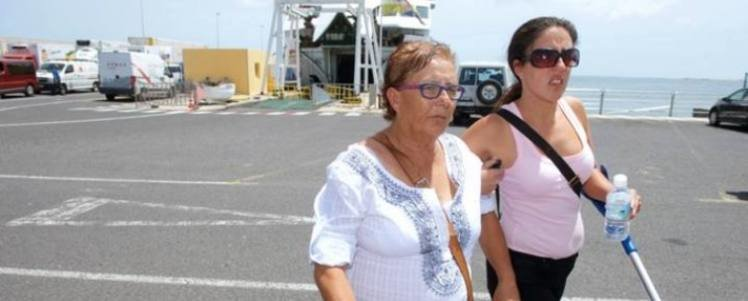 <em>Josefa Hernández es acompañada por su hija Minerva Zerpa.</em>