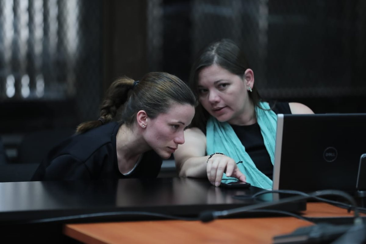 La exdiputada Daniela Beltranena compareció junto con su abogada por supuestos quebrantos de salud. (Foto Prensa Libre: Juan Diego González)