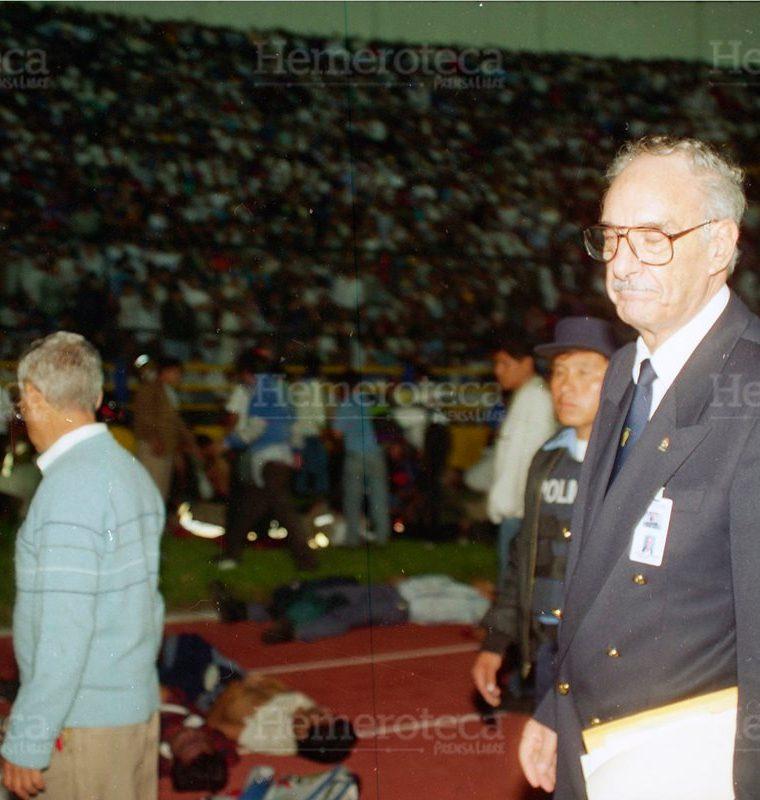 Arnoldo Levison, Comisario Internacional de la Fifa para el partido de Guatemala vrs. Costa Rica, observa lo sucedido en el Estadio Mateo Flores donde se formó una avalancha humana que provocó la muerte de 83  personas. (Foto: Hemeroteca PL)