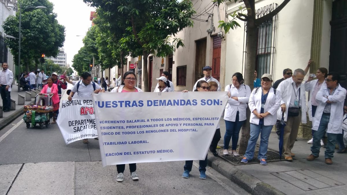 Profesionales de distintos departamentos llegaron con mantas y carteles. (Foto Prensa Libre: Cortesía)