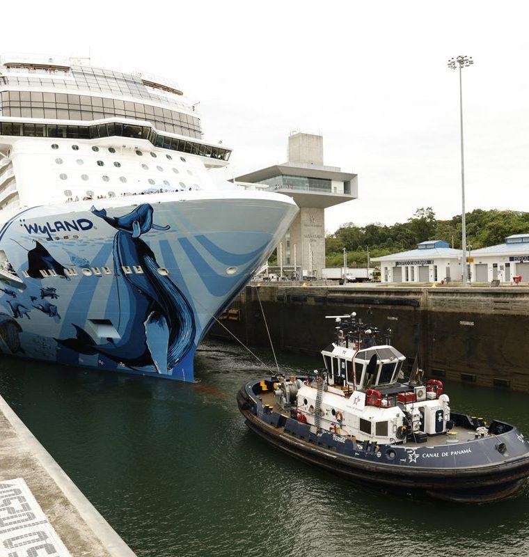 El Norwegian Bliss, a su paso por el Canal de Panamá. (Foto Prensa Libre: EFE)