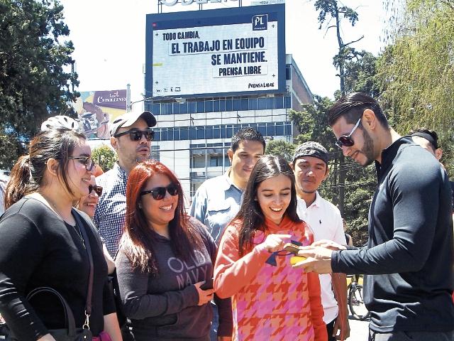 Cientos de guatemaltecos escribieron el valor que debe mantenerse y fue publicado en una pantalla gigante. Foto Prensa Libre: Érick Ávila
