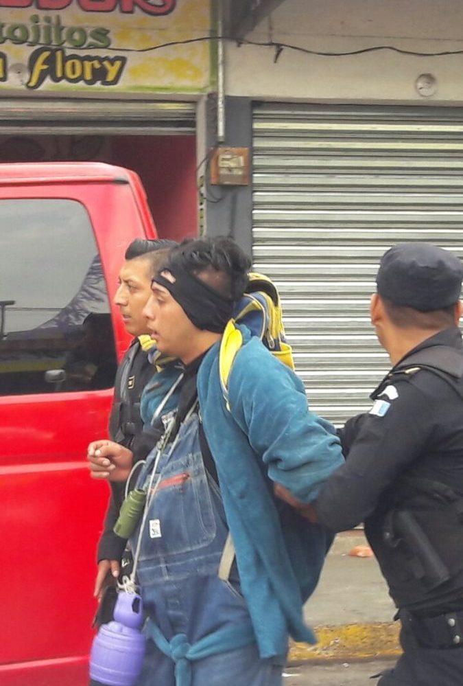 Uno de los supuestos agresores fue capturados por agentes, en el centro de Colomba. (Foto Prensa Libre: Rolando Miranda)