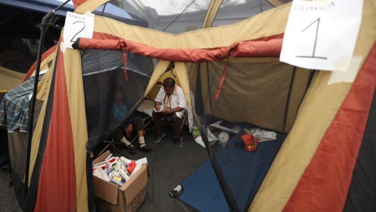 Médicos dan consultas a pacientes mientras realizan plantón frente al Congreso. (Foto Prensa Libre: Esbin García)