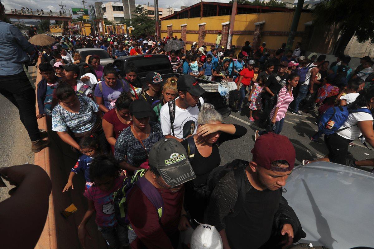"""El gobierno hondureño advirtió de que """"grupos desestabilizadores"""" están promoviendo la migración en grupo. (Foto Prensa Libre: EFE)"""