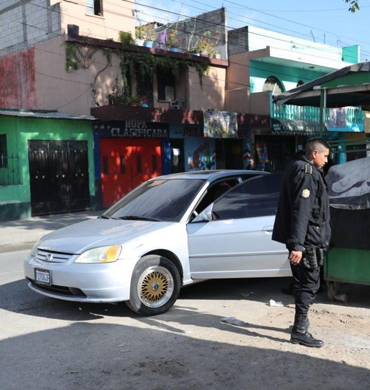 La Policía Nacional Civil retiene a dos personas sospechosas del ataque contra el piloto y ayudante de bus. (Foto Prensa Libre: Erick Ávila)