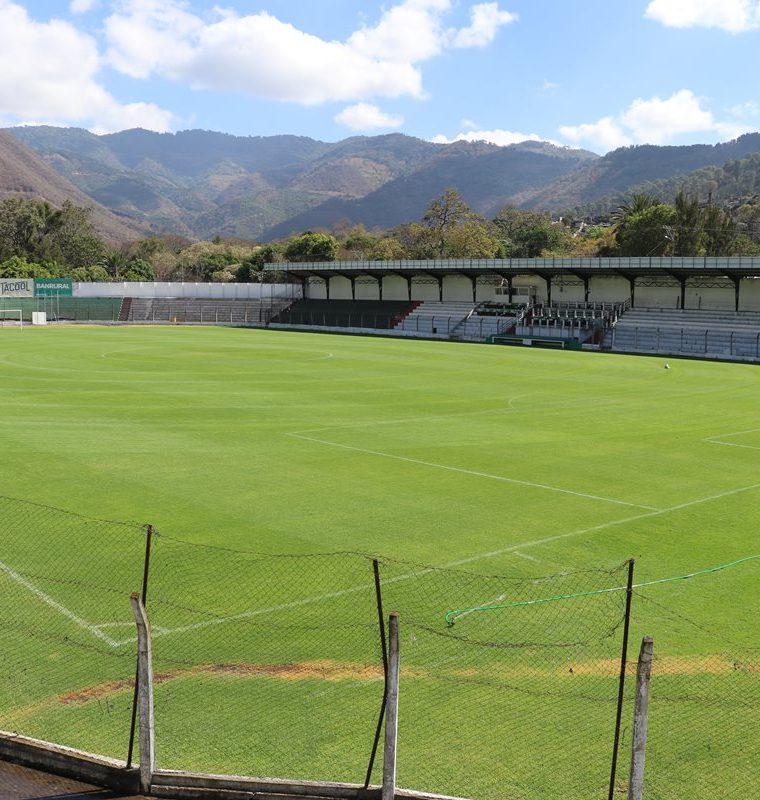 Uno de los objetivos de la iluminación es que lleguen más aficionados al estadio. (Foto Prensa Libre: Renato Melgar)
