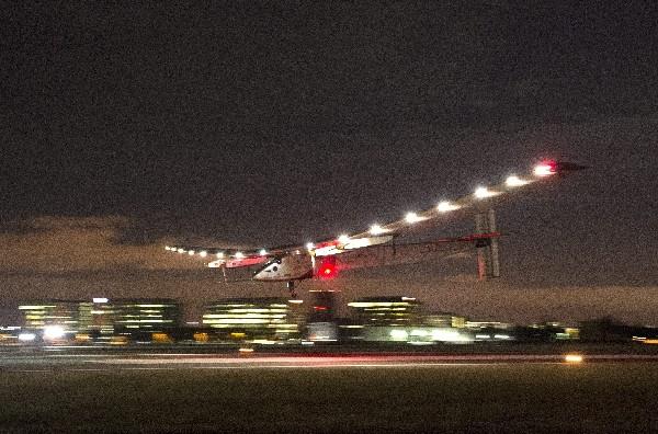 El avión solar Impulse 2 aterrizó el sábado por la noche en California, proveniente de Hawái. (Foto, Prensa Libre: EFE).