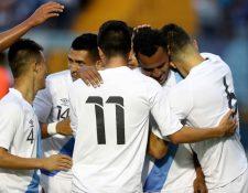 José Márquez es felicitado por sus compañeros después de anotar el primer gol de Guatemala contra Cuba. (Foto Prensa Libre: Francisco Sánchez).
