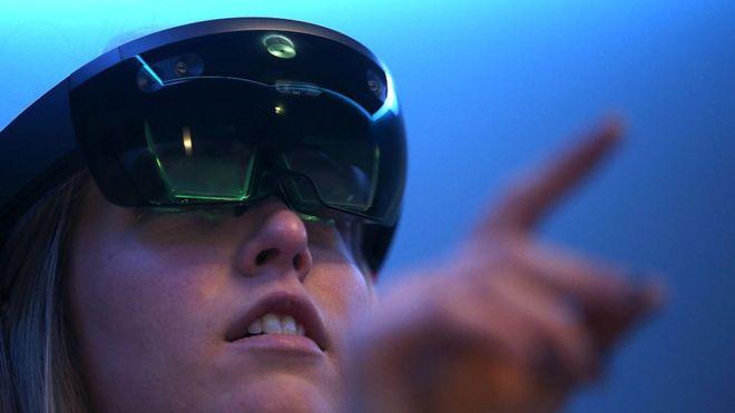Las gafas HoloLens usan realidad mixta, una combinación de realidad virtual y aumentada. (JUSTIN SULLIVAN /GETTY IMAGES)