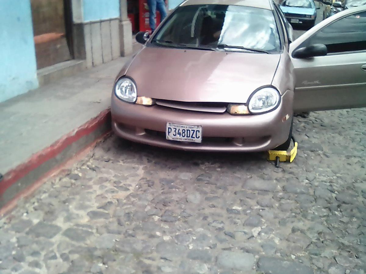 El automóvil se encontraba estacionado frente a una banqueta con línea roja. (Foto Prensa Libre: PNC)