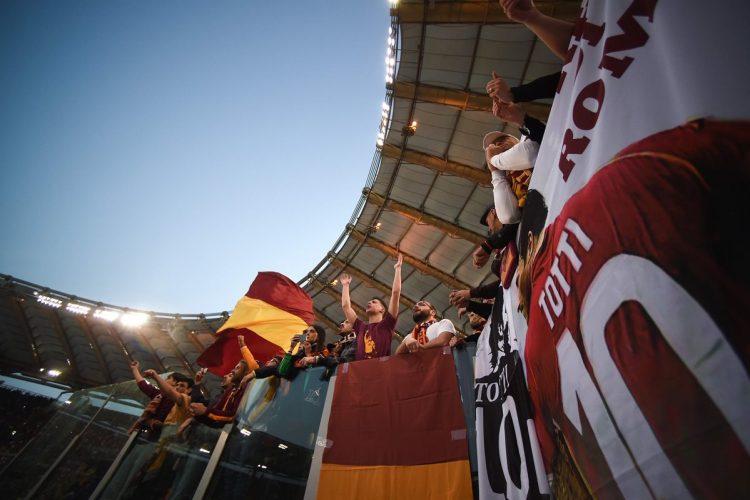 Los fanáticos de la Roma colocaron dos camisas de Francesco Totti en las tribunas del esadio.