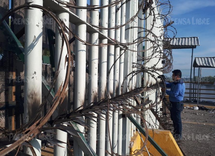 Autoridades mexicanas colocan alambre de púas y picos de metal sobre la reja que divide la frontera entre ese país y Guatemala. (Foto Prensa Libre: Rolando Miranda)