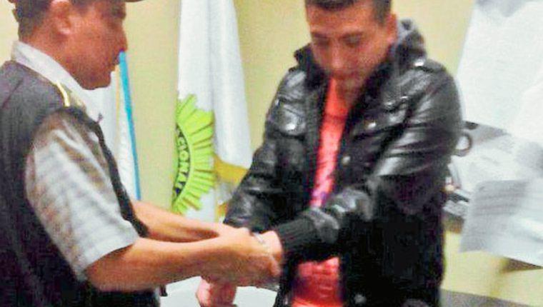 Uno de  los agentes de la PNC sindicado de haber participado en la muerte de su compañero Julio Díaz Díaz es apresado en Chiquimula. (Foto Prensa Libre: PNC)