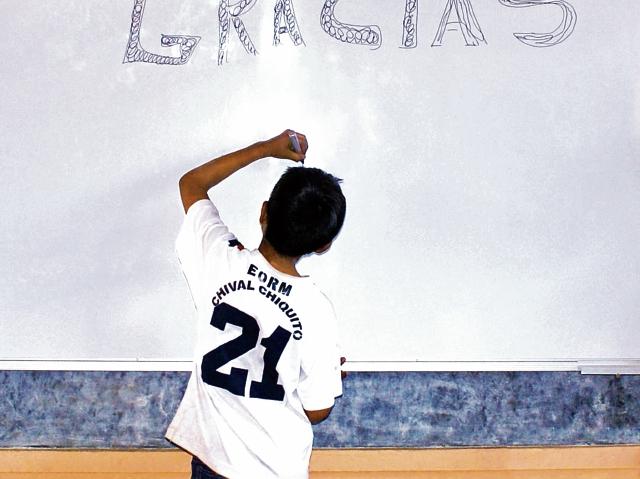 A través de la compra de Café con Causa, producido en las comunidades, se busca hacer mejoras en las escuelas locales. (Foto Prensa Libre: Cortesía)
