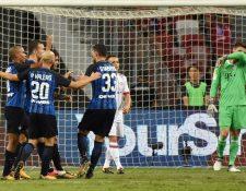 Los jugadores del Inter festejan luego de la primer anotación de Martins Eder. (Foto Prensa Libre: AFP)