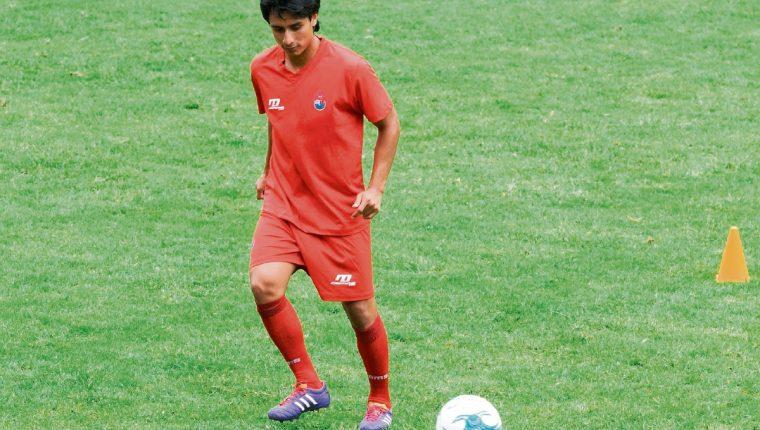 Renato Sequén se entrena en el césped del estadio Manuel Felipe Carrera, por primera vez, después de casi nueve meses de ausencia. (Foto Prensa Libre: Jeniffer Gómez)