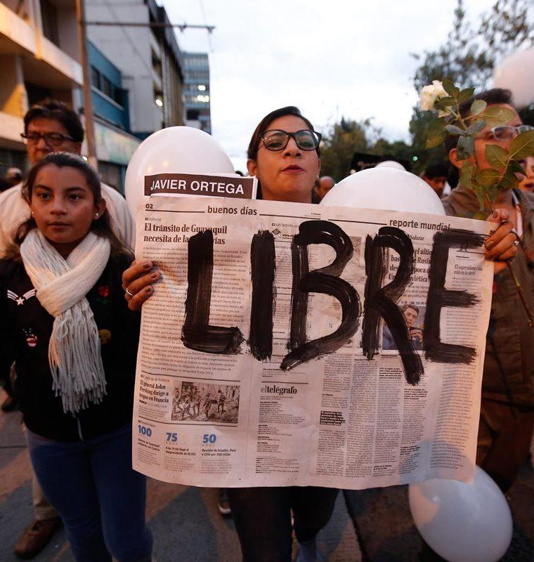 Marcha de familiares, amigos y colegas del equipo de prensa ecuatoriano secuestrado en la frontera con Colombia. (EFE).