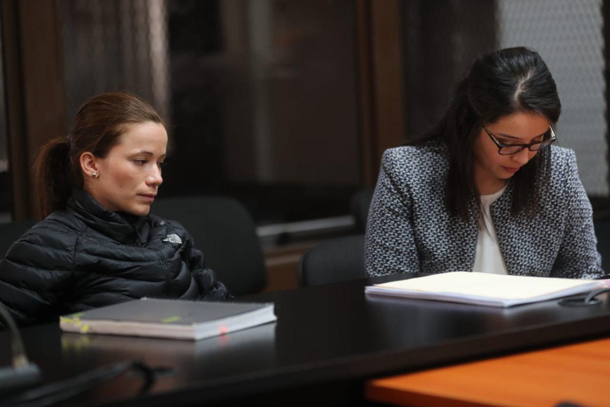 La exlegisladora del extinto Partido Patriota, Daniela Beltranena, comparece ante el juez Miguel Angel Gálvez junto a su abogada. (Foto Prensa Libre: Erick Avila)