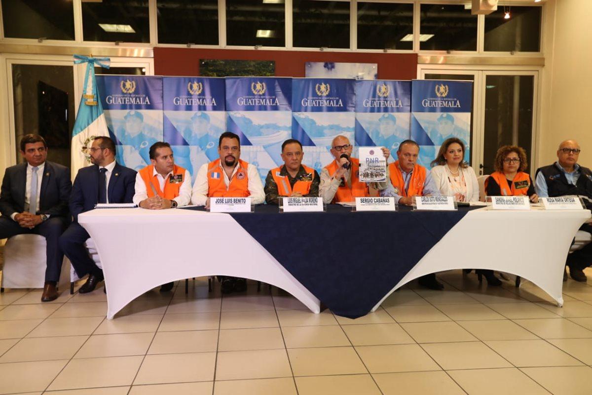 Integrantes del Sistema Nacional de Emergencia, durante la conferencia en la sede de la Cancillería. (Foto Prensa Libre: Esbin García)