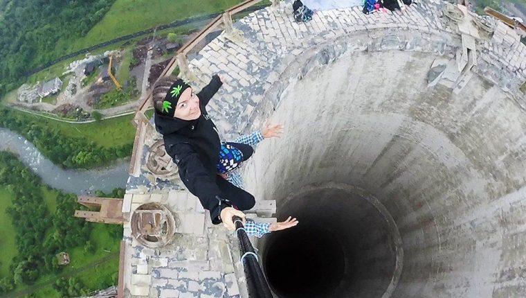 Estos jóvenes arriesgaron su vida para tomarse este selfie en la cornisa de una chimenea de 180 metros de altura en desuso en Rumania. GETTY IMAGES