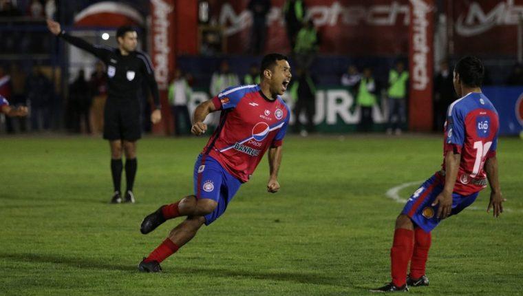 Mario Castellanos consiguió el gol del triunfo de Xelajú MC. (Foto Prensa Libre: Raúl Juárez)