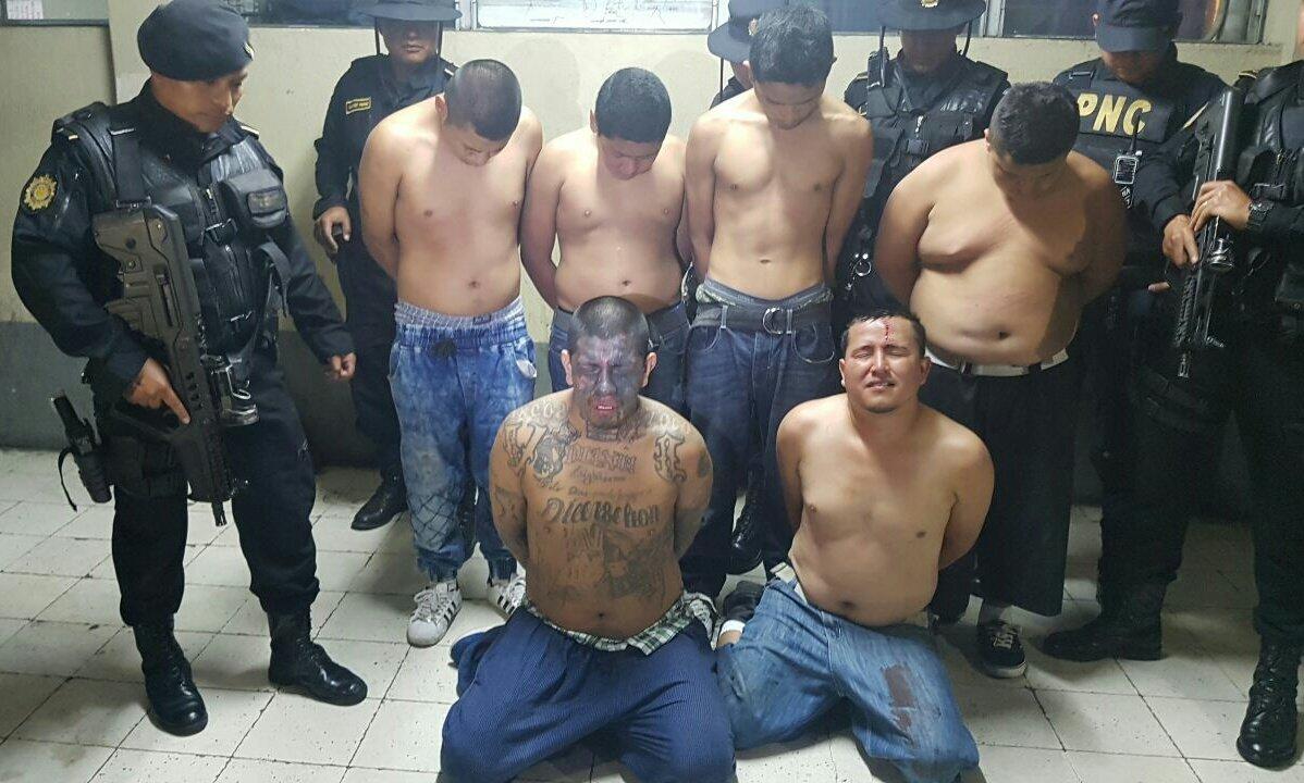 Supuestos pandilleros detenidos en la colonia San Ignacio, zona 7 de Mixco. (Foto Prensa Libre: PNC)