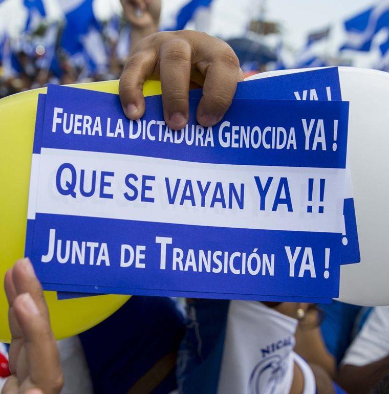 El rojo de la sangre eclipsó los colores de la paz en las calles de Nicaragua. (Foto Prensa Libre: EFE)
