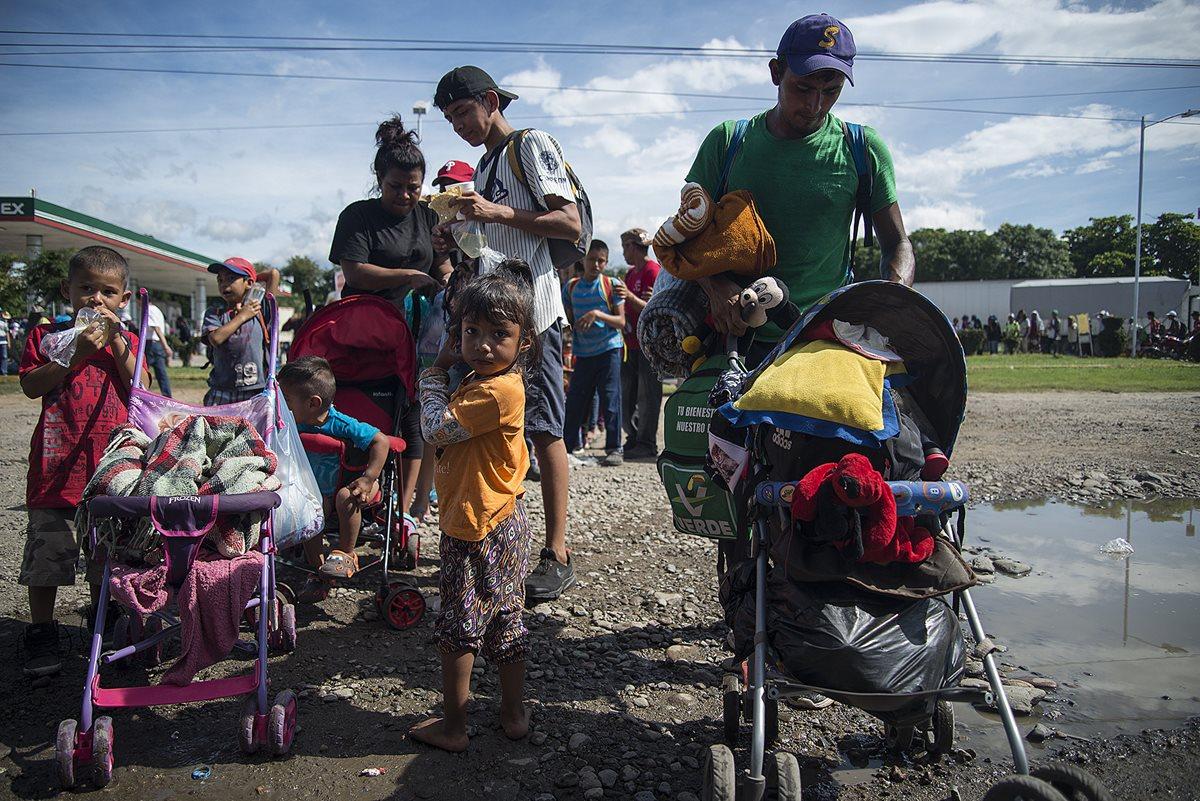 Los migrantes han tenido que caminar largas distancias para alcanzar sus objetivos. (Foto Prensa Libre: EFE)